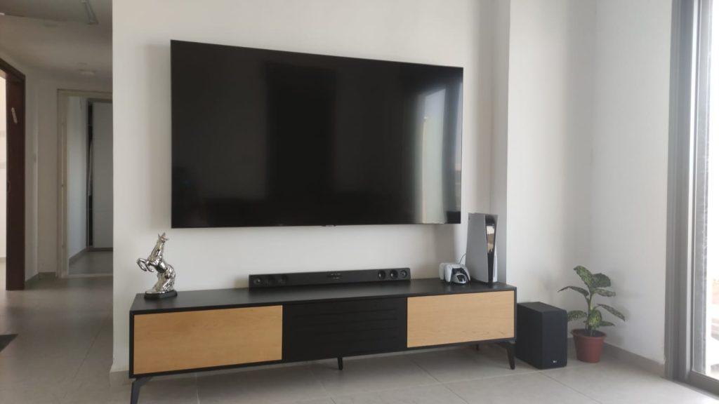 מתקן צמוד קיר לטלוויזיה